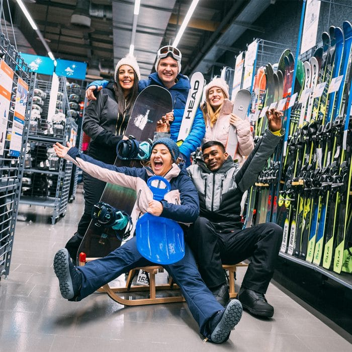 Das Team von Decathlon im Emmen Center in Winteroutfits