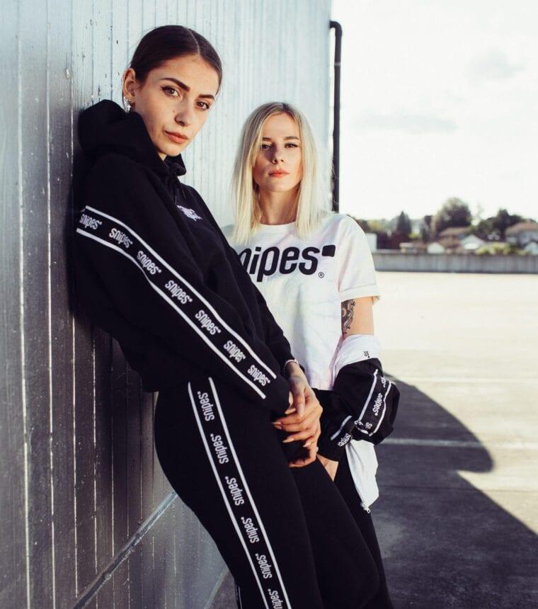 Zwei junge Frauen in einem Outfit von Snipes auf dem Parkdeck des Emmen Centers