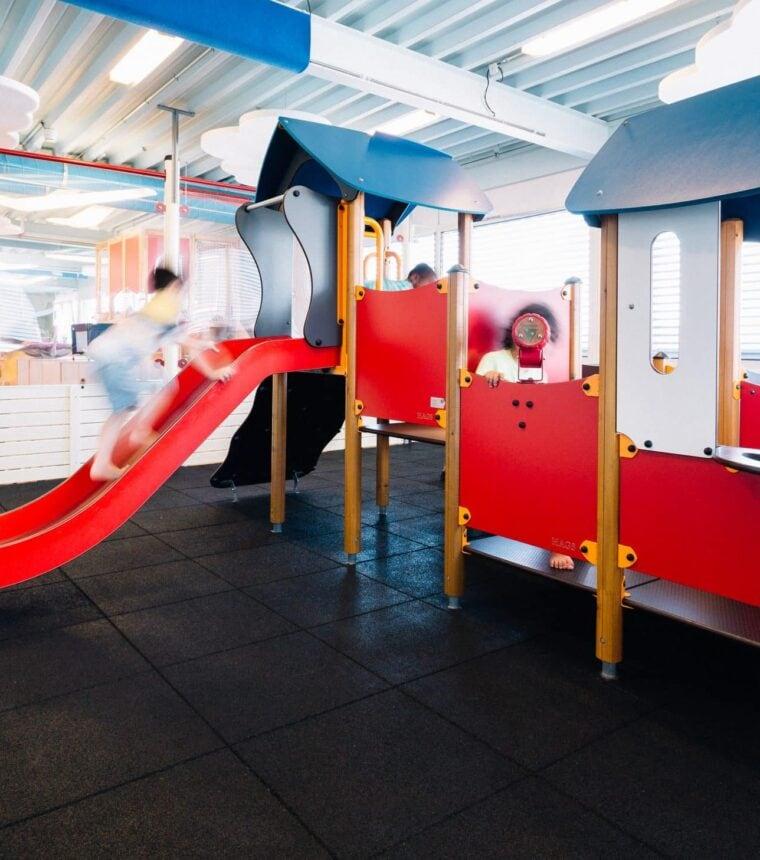 Kinder spielen auf einer Rutsche im Kinderparadies im Emmen Center