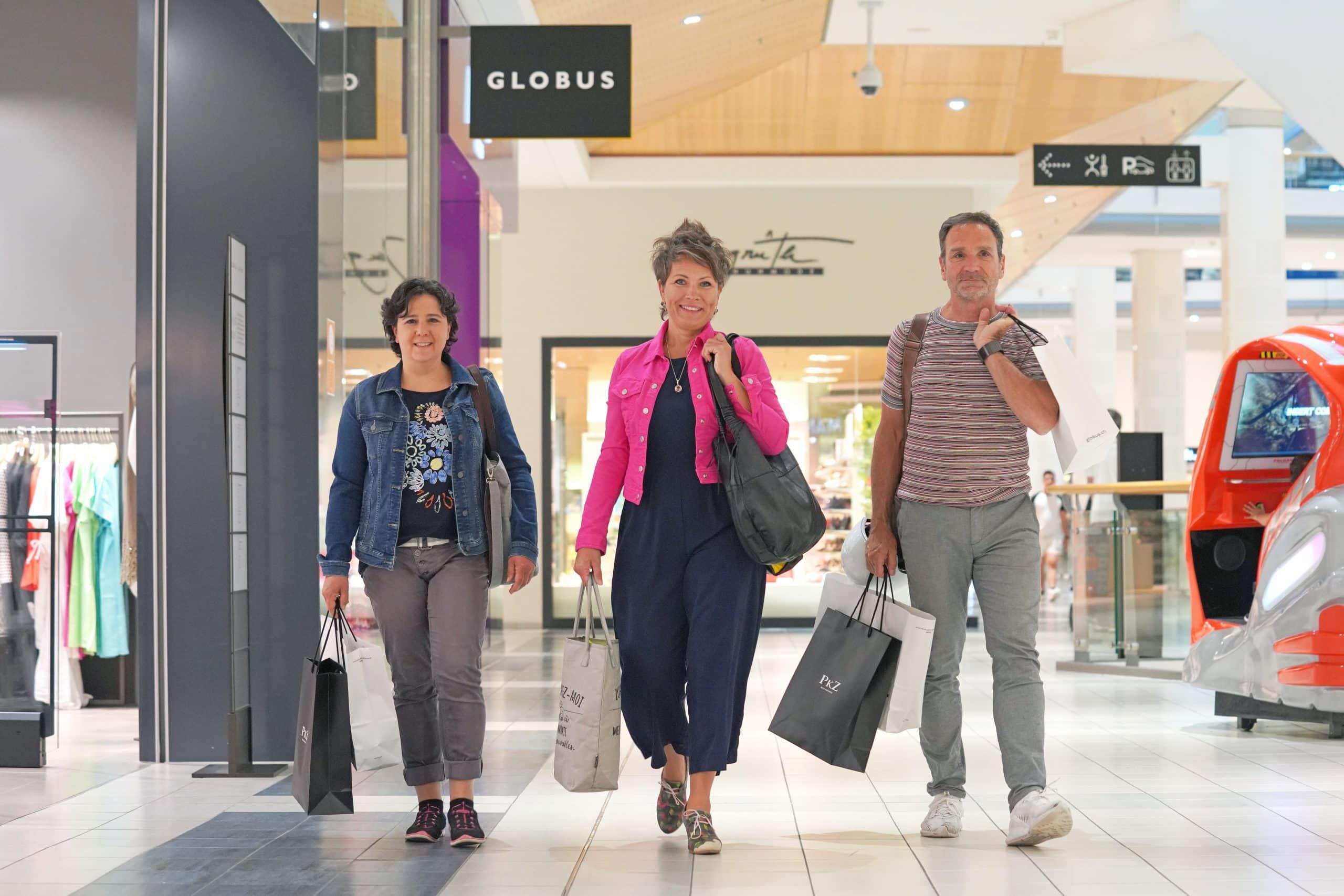 Fabienne Thali mit zwei Kunden vor dem Globus