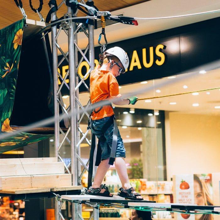 Junge auf dem Kletterpark im Emmen Center
