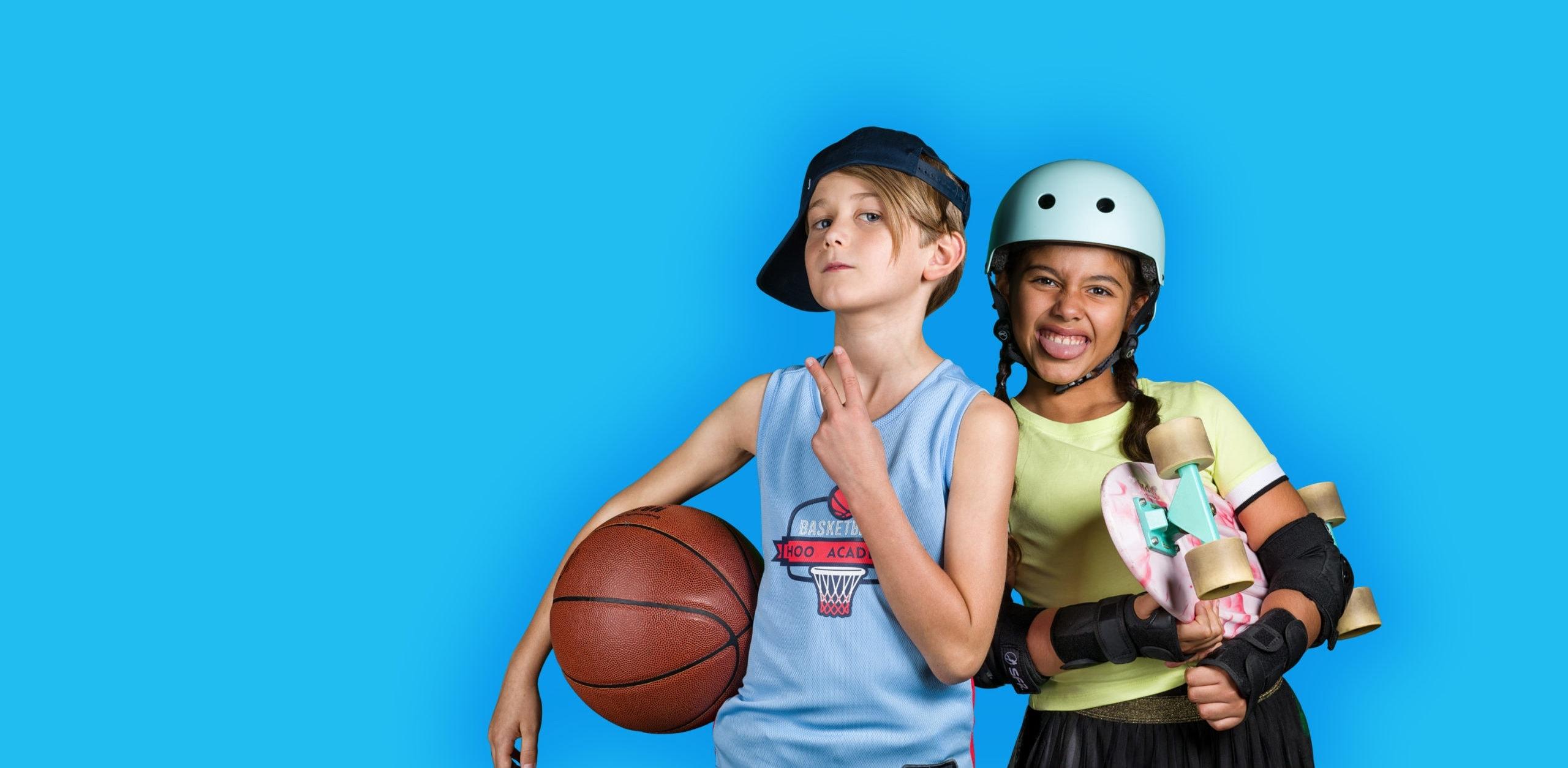 Ein Junge in einem Basketballoutfit und ein Mädchen mit einem Skateboard